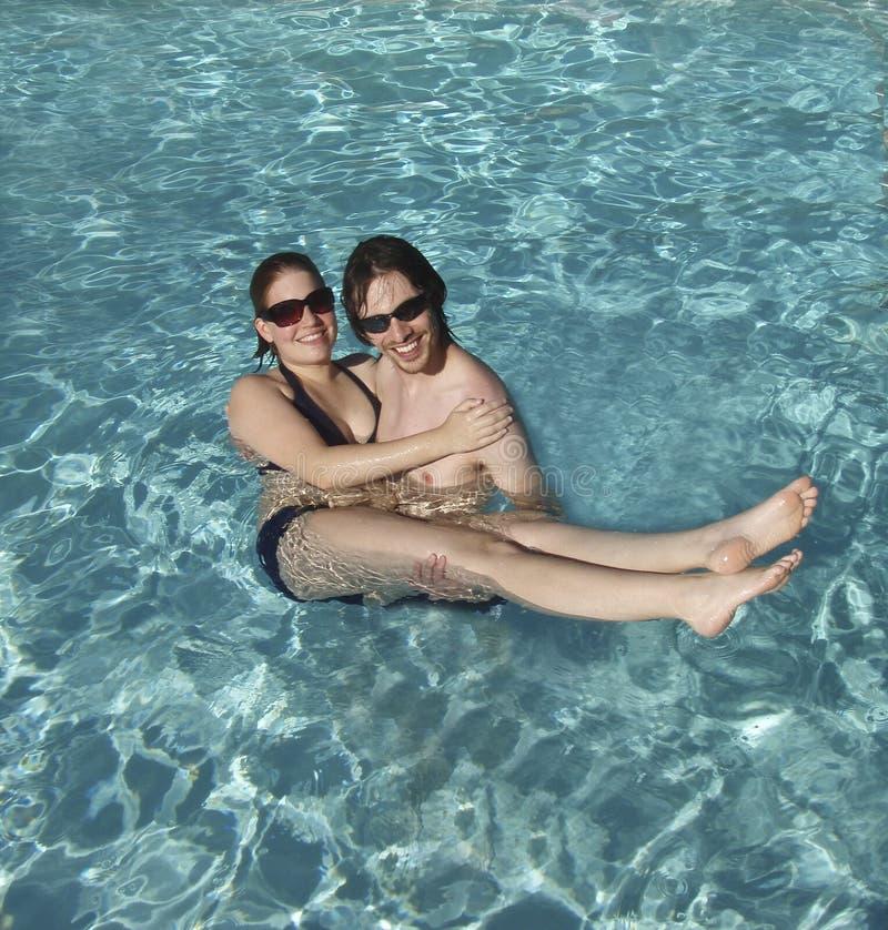 Jong Paar in de Pool royalty-vrije stock fotografie