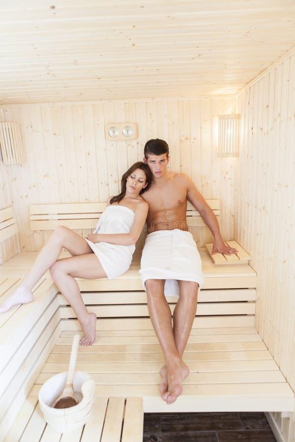 Jong paar in de sauna stock foto