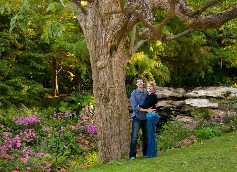 Jong Paar in de Tuin stock fotografie
