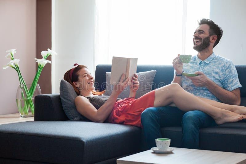 Jong paar in de woonkamer stock afbeeldingen