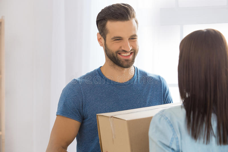 Jong paar die aan een nieuwe flat zich samen verhuizing bewegen stock afbeeldingen