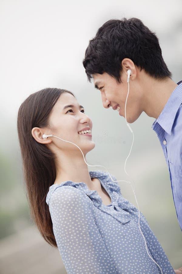 Jong Paar die aan Muziek samen luisteren royalty-vrije stock fotografie
