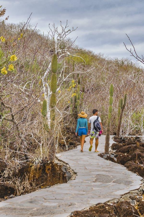 Jong Paar die bij de Toeristische Sleep van de Galapagos lopen royalty-vrije stock foto