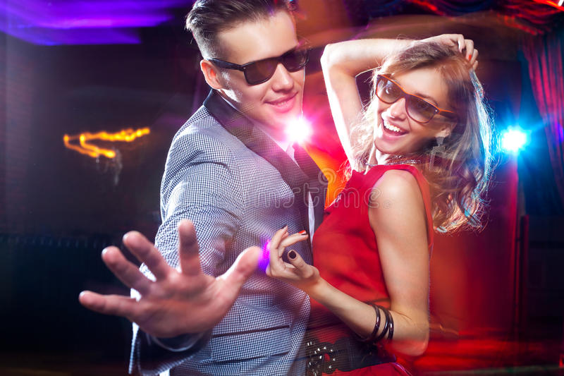 Jong paar die bij partij dansen