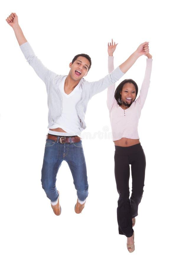 Jong Paar die in de Lucht springen stock afbeeldingen