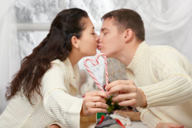 Jong paar die decoratie voor de dag van Valentine ` s, gelukkige mensen maken - romantische en liefdeconcept royalty-vrije stock afbeeldingen