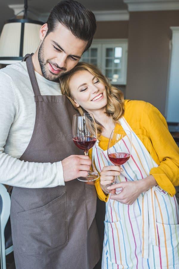 Jong paar die een glas wijn hebben royalty-vrije stock fotografie