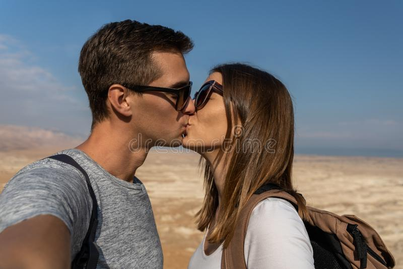 Jong paar die een selfie in de woestijn van Israël nemen royalty-vrije stock foto's