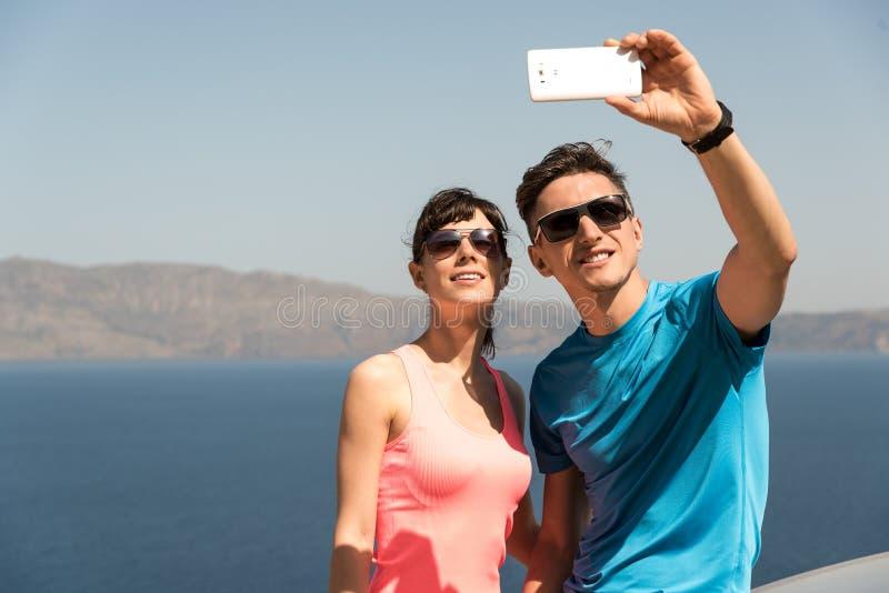 Jong paar die een selfie krijgen stock foto's