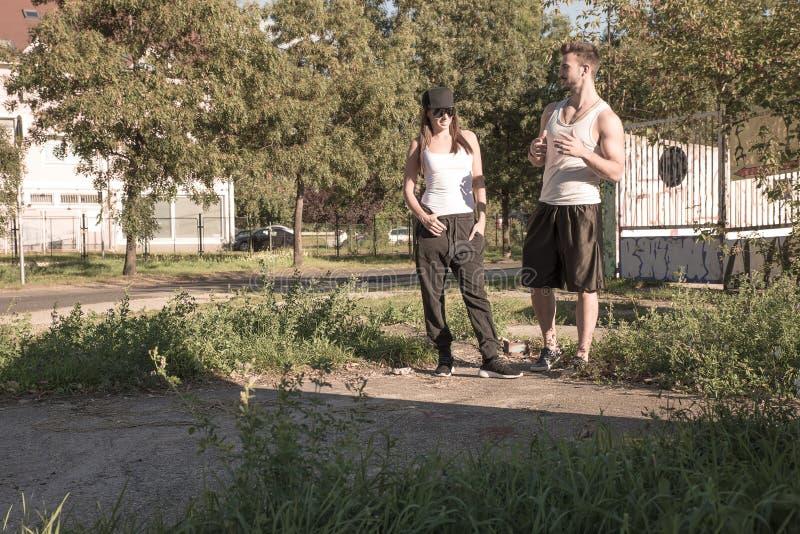 Jong paar die in een stedelijk milieu spreken royalty-vrije stock fotografie