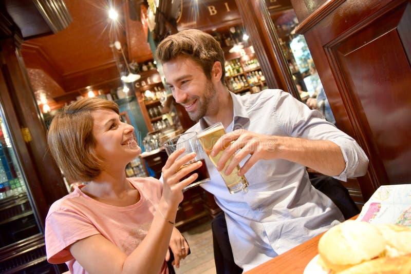 In jong paar die een toost in restaurant maken royalty-vrije stock afbeeldingen