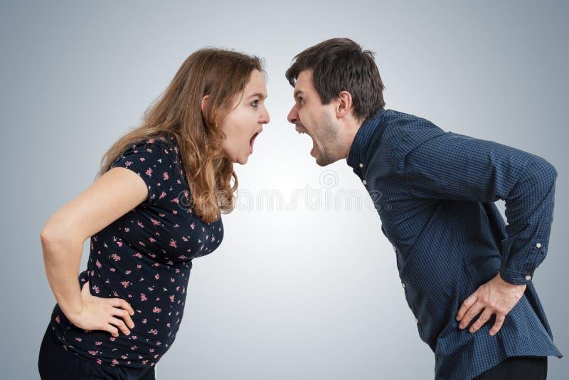 Jong paar die elkaar schreeuwen Scheidingsconcept stock foto's