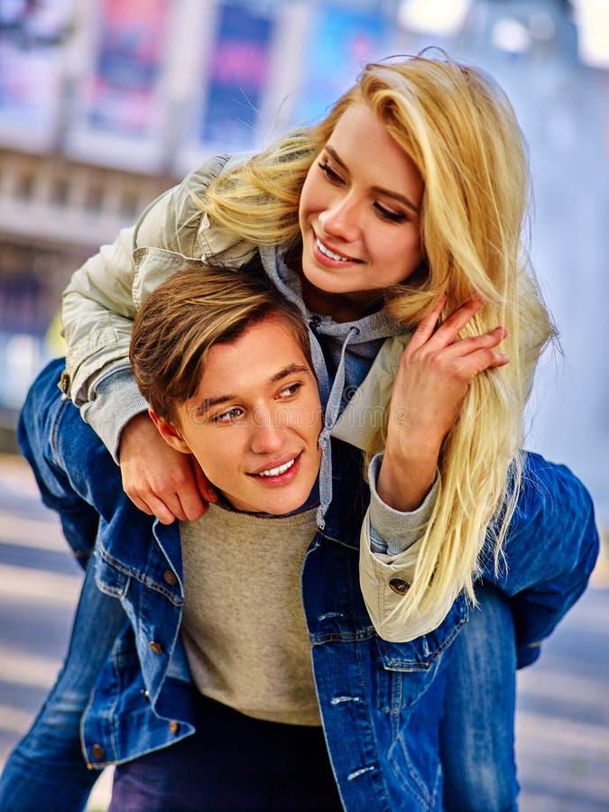 Jong paar die en in stadspark koesteren flirten royalty-vrije stock fotografie