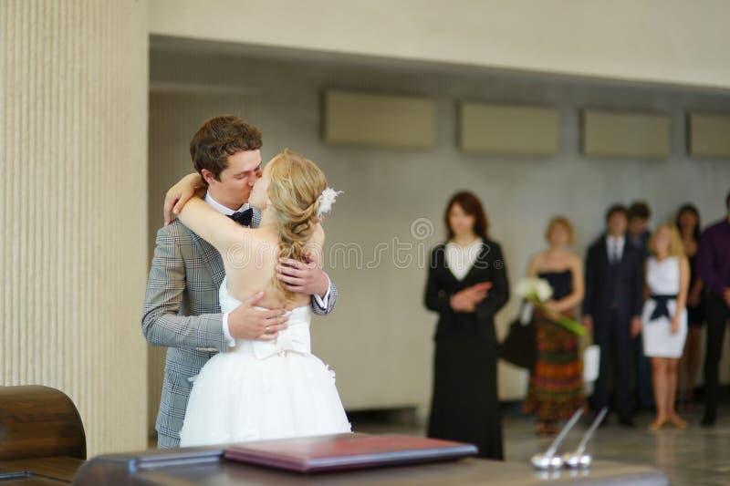 Jong paar die gehuwd worden royalty-vrije stock afbeeldingen