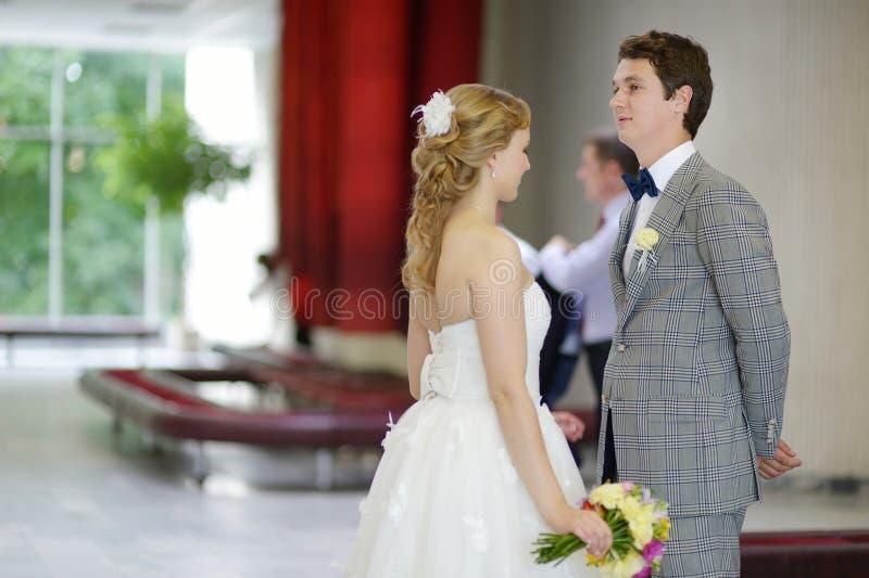 Jong paar die gehuwd worden stock afbeelding