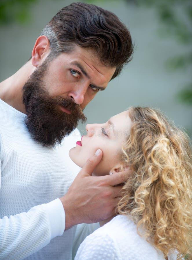 Jong paar die hartstochtelijk intens geslacht hebben Hete vrouw die in vervoering jammeren die de mens omhelzen De menselijke lie royalty-vrije stock foto's