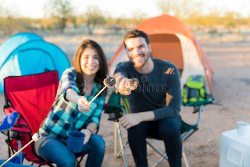 Jong Paar die Heemst tonen bij Kampeerterrein stock afbeeldingen