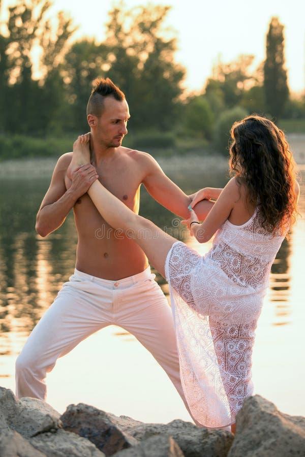 Jong paar die in het park dansen royalty-vrije stock afbeeldingen
