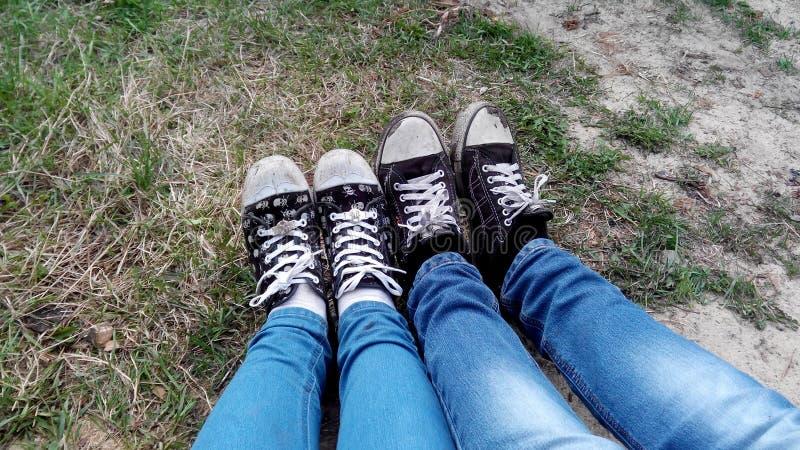 Jong paar die hun tennisschoenen op hun voeten tonen royalty-vrije stock afbeeldingen
