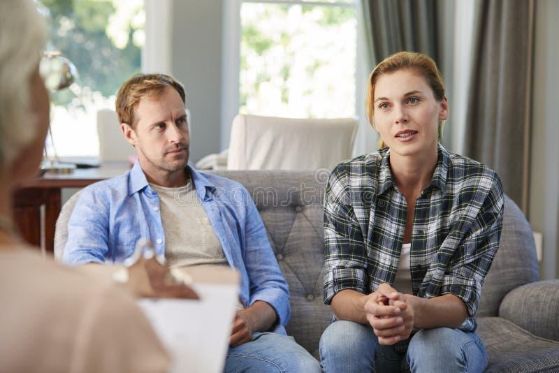 Jong paar die huwelijk het adviseren hebben royalty-vrije stock foto