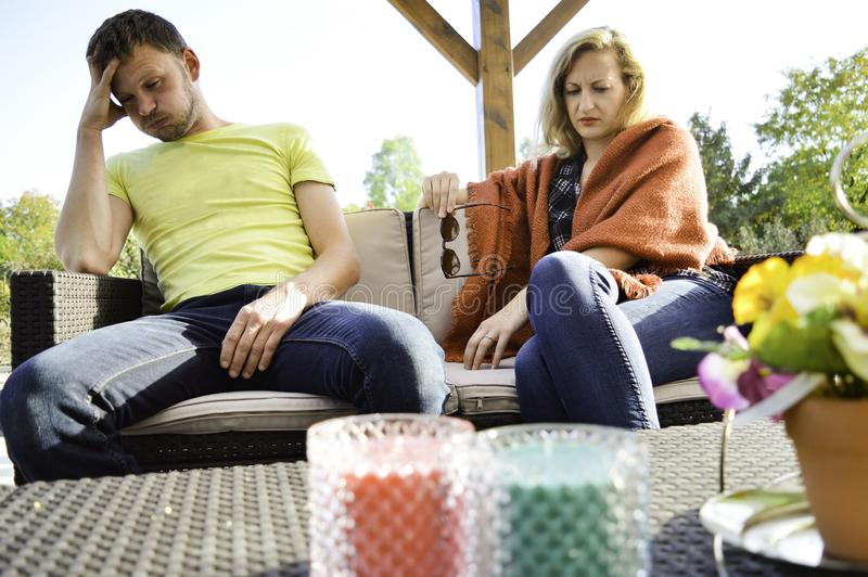 Jong paar die huwelijk problemen en het vechten hebben royalty-vrije stock afbeelding
