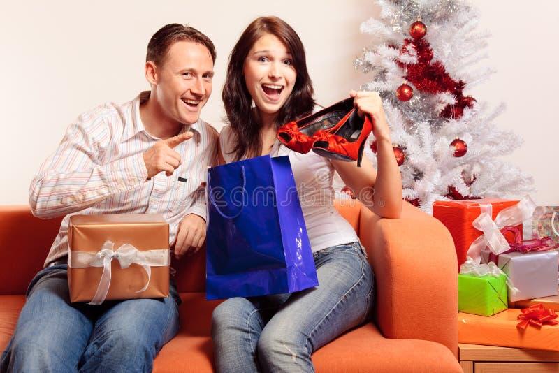 Jong Paar die Kerstmisgiften ruilen royalty-vrije stock foto's