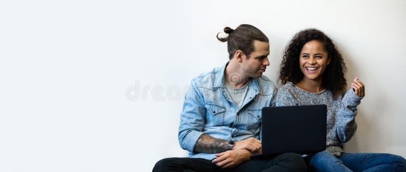 Jong Paar die Laptop computer met behulp van royalty-vrije stock fotografie