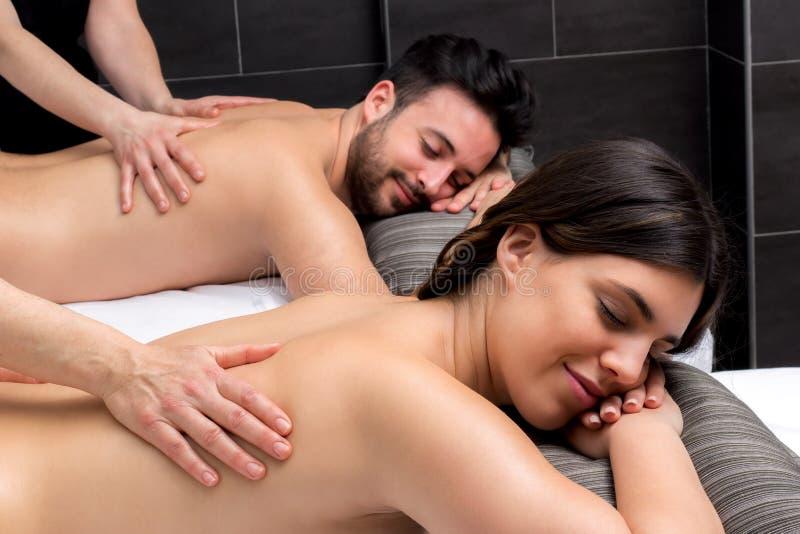 Jong paar die lichaams van massage samen genieten royalty-vrije stock fotografie