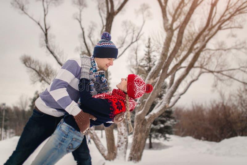 Jong paar die in liefde in de winterpark dansen royalty-vrije stock fotografie