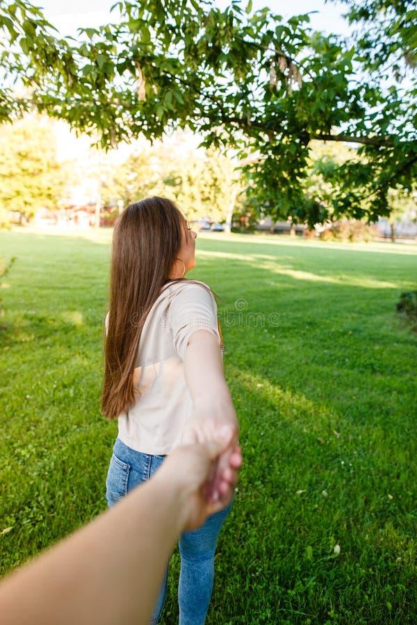 Jong paar die in liefde door weide op zonnige dag lopen royalty-vrije stock fotografie