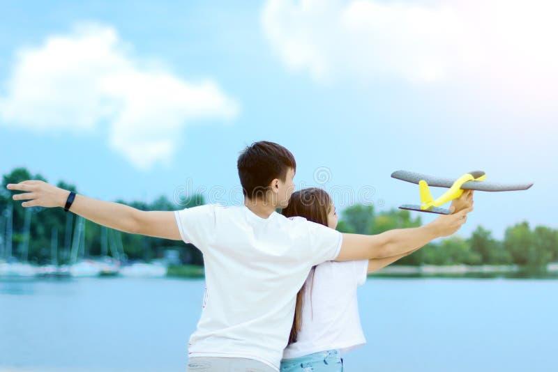 Jong paar die in liefde van de zomer genieten stock foto