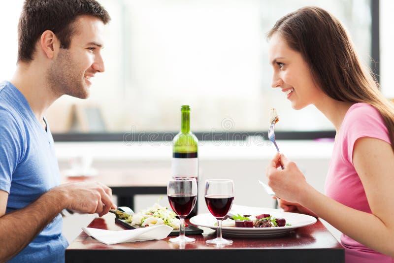 Paar die maaltijd in restaurant hebben stock foto