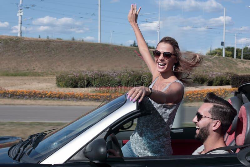 Jong paar die nemen selfie in convertibele auto? stock foto