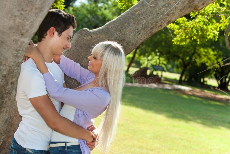 Download Jong Paar Die Onder Boom Omhelzen. Stock Foto - Afbeelding bestaande uit outdoors, intimiteit: 29500490