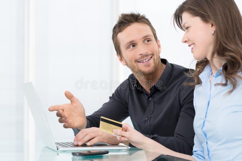 Jong Paar die online winkelen stock fotografie