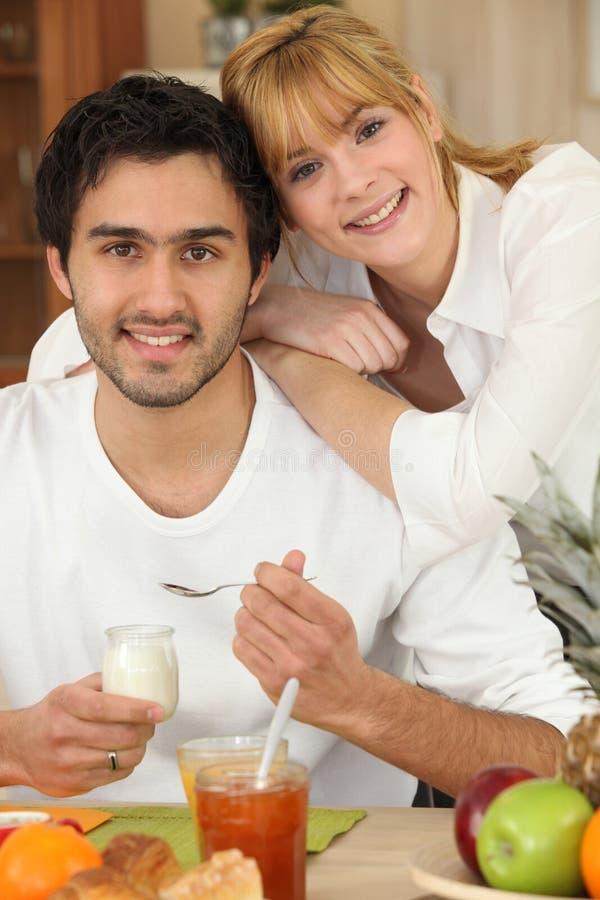 Jong paar die ontbijt eten royalty-vrije stock afbeeldingen