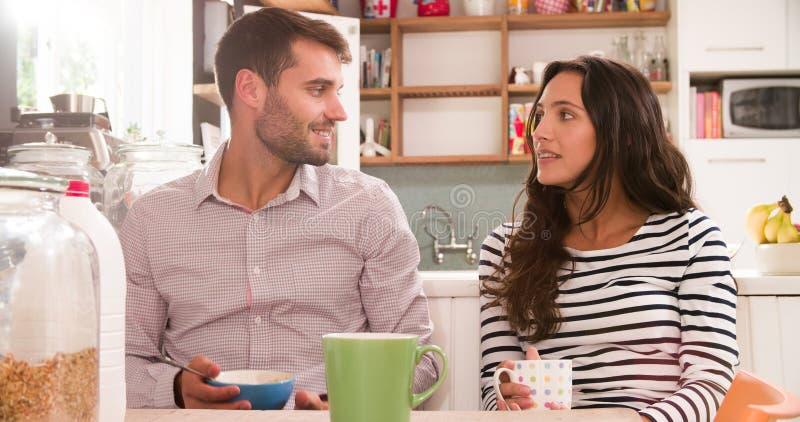Jong Paar die Ontbijt in Keuken samen eten stock foto
