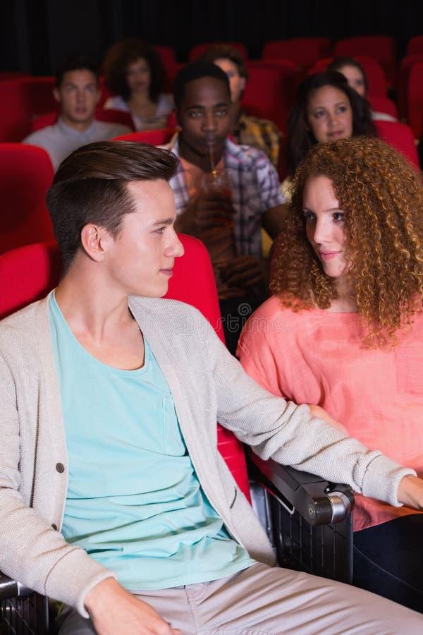 Jong paar die op een film letten royalty-vrije stock fotografie