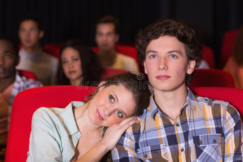 Jong paar die op een film letten royalty-vrije stock afbeelding