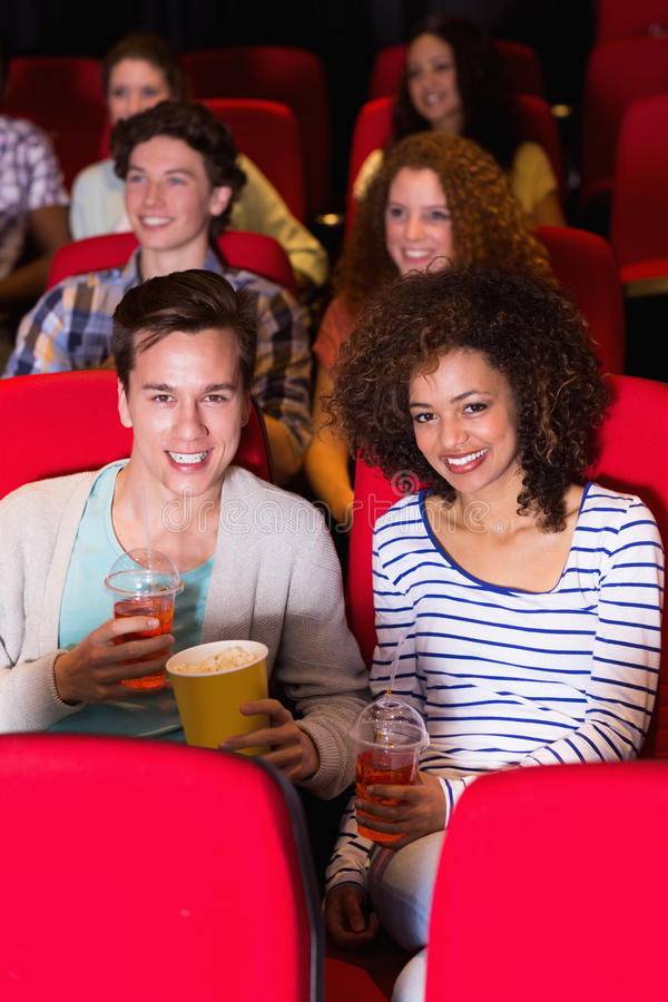 Jong paar die op een film letten royalty-vrije stock foto