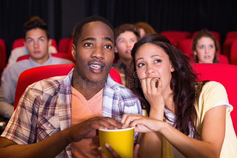 Jong paar die op een film letten stock foto's