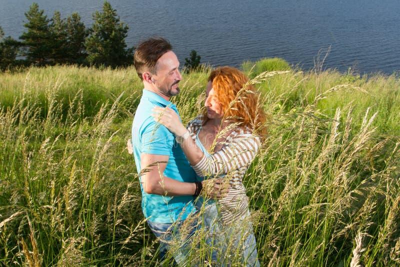 Jong paar die op het gebied vóór regen dansen twee mensen en gelukkig paar in liefde royalty-vrije stock fotografie