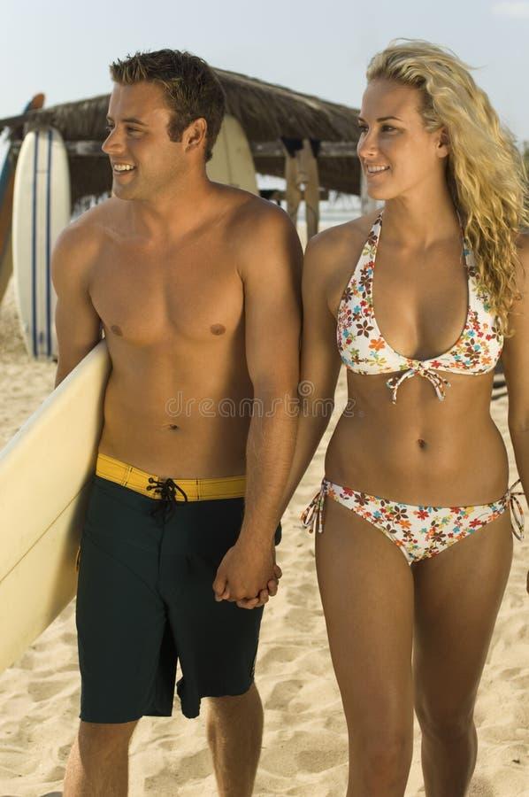 Jong Paar die op Strand lopen stock fotografie