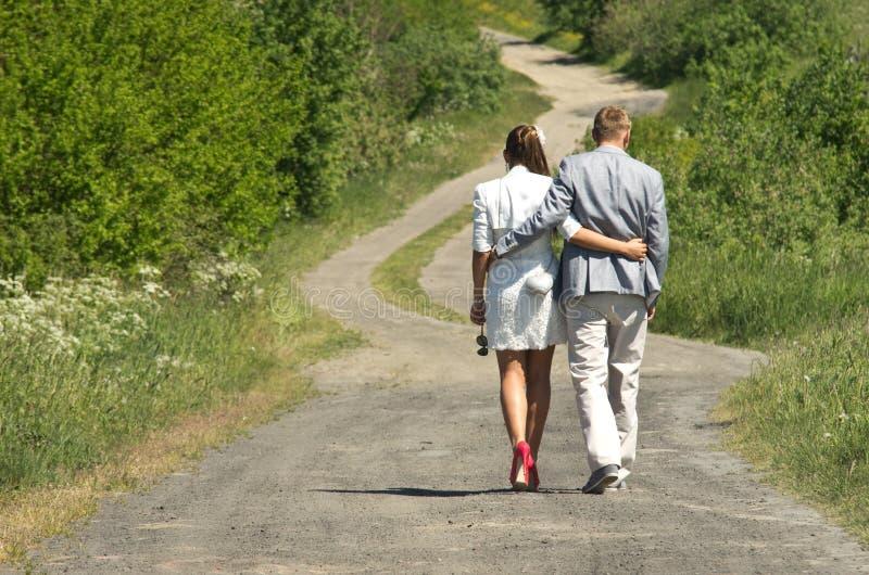 Jong paar die op weg wandelen royalty-vrije stock foto