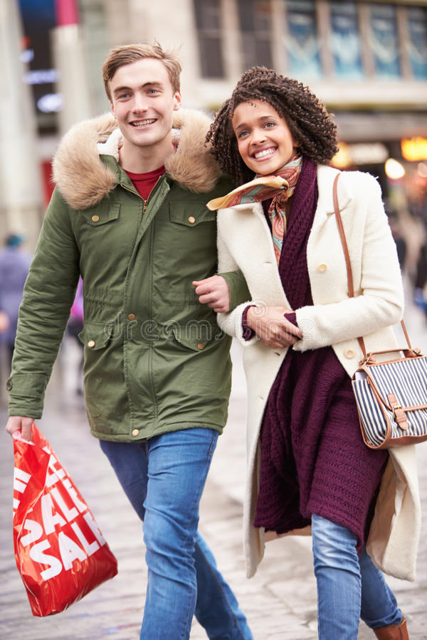 Jong Paar die in openlucht samen winkelen royalty-vrije stock foto