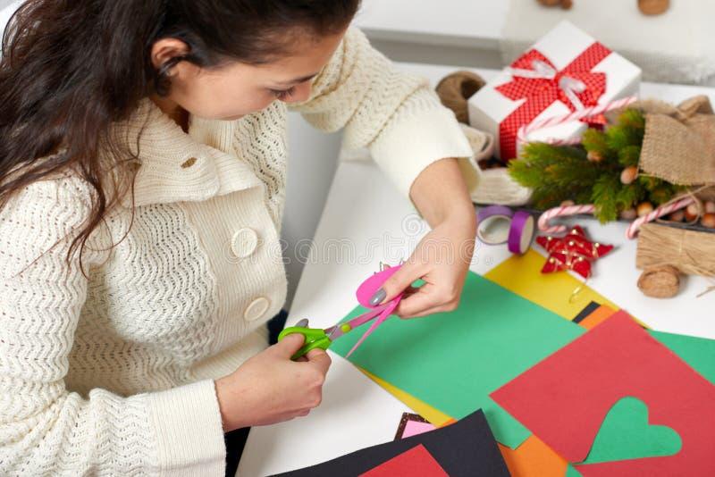Jong paar die origamidecoratie voor Valentine-romantische dag, hoogste mening - en liefdeconcept maken royalty-vrije stock foto's