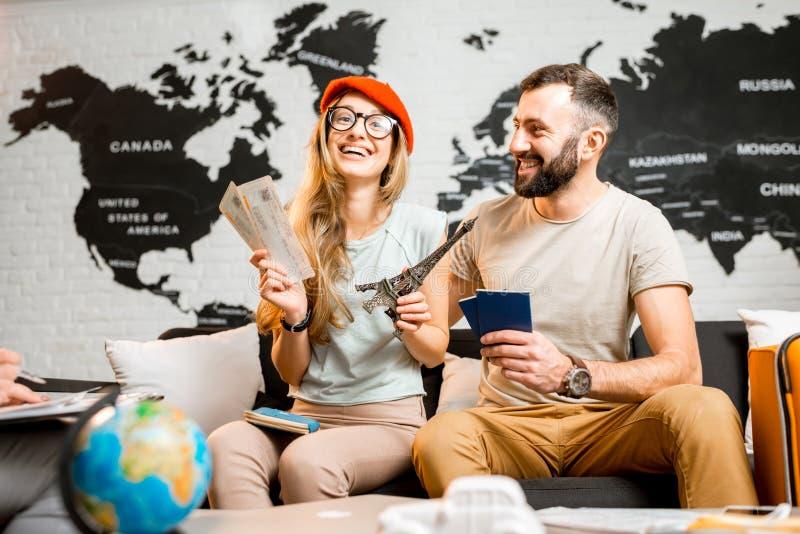 Jong paar die over een reis aan Parijs dromen stock foto