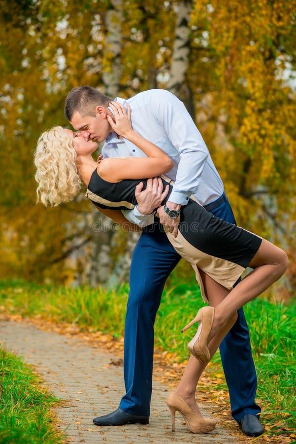 Jong paar die passionately in park kussen stock afbeeldingen