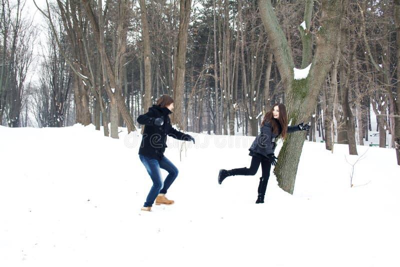 Jong paar die pret in de sneeuw hebben royalty-vrije stock afbeeldingen