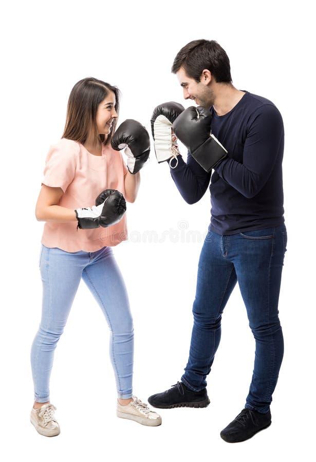 Jong paar die pret met bokshandschoenen hebben royalty-vrije stock afbeelding